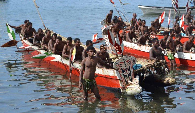434 Men in boats PNG